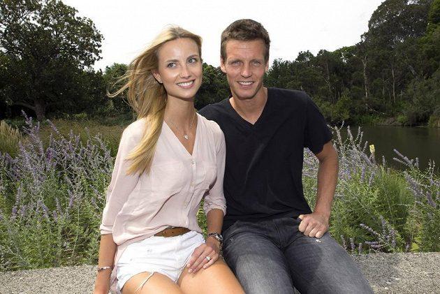 Romantická chvilka v botanické zahradě v Melbourne... Ester Sátorová tady poprvé předvedla zásnubní prsten, který od Tomáše Berdycha dostala.