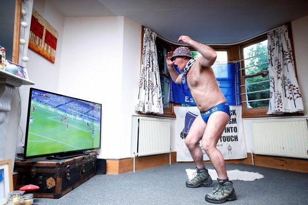 Fanoušek Evertonu prožíval vyhecované derby s Liverpoolem u televizní obrazovky.