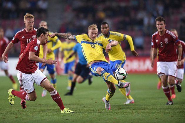 Akce Johna Guidettiho ze Švédska v semifinále EURO 2015 hráčů do 21 let s Dánskem na Letné v Praze.