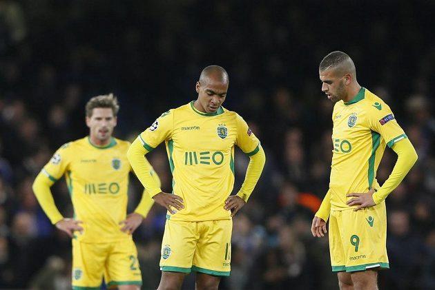 Zklamání ve tvářích fotbalistů Sportingu Lisabon po inkasovaném gólu na půdě Chelsea.