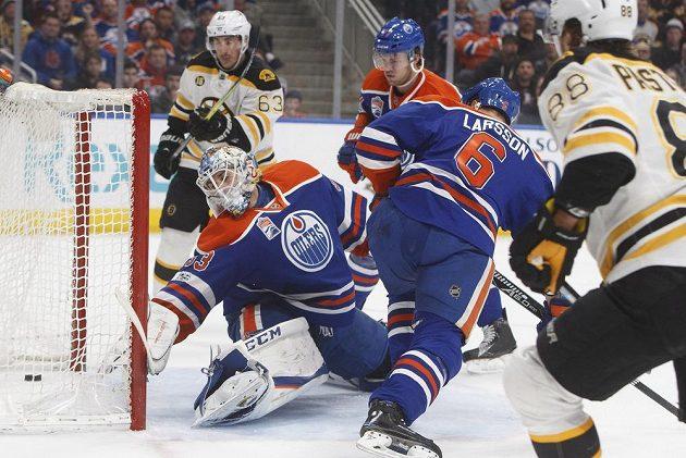 Útočník Bostonu Bruins David Pastrňák (88) střílí gól do sítě Edmontonu v utkání NHL. Bruins ale nakonec prohráli.