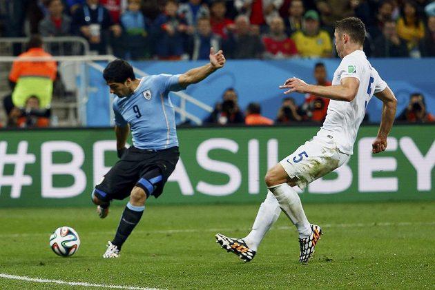 Luis Suárez (vlevo) napřáhl a dal druhý gól Uruguaye.