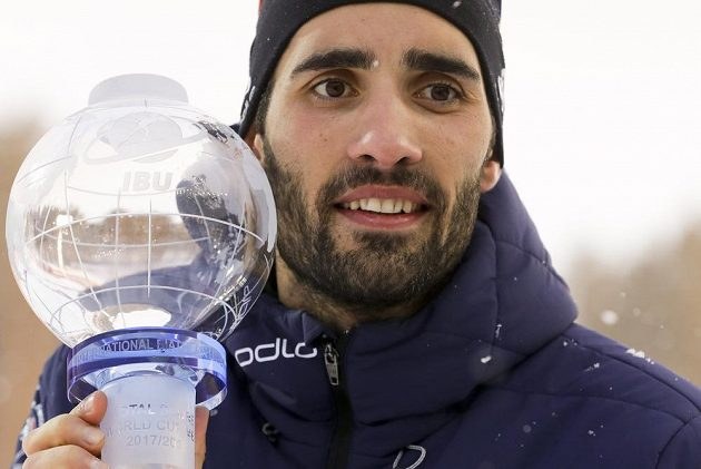 Francouz Martin Fourcade s trofejí za závody s hromadných startem.