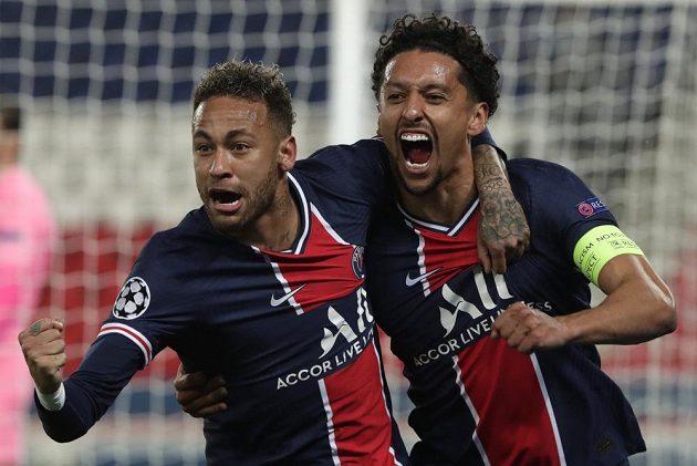 Marquinhos (vpravo) a Neymar z PSG se radují po gólu proti Manchesteru City.