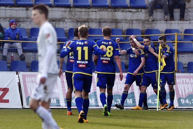 Jihlavští fotbalisté se radují z vítězného gólu proti Olomouci.