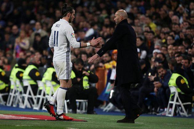 Vyloučená hvězda Realu Madrid Gareth Bale opouští hřiště v ligovém duelu s Las Palmas. Za výkon mu děkuje trenér Zinedine Zidane.