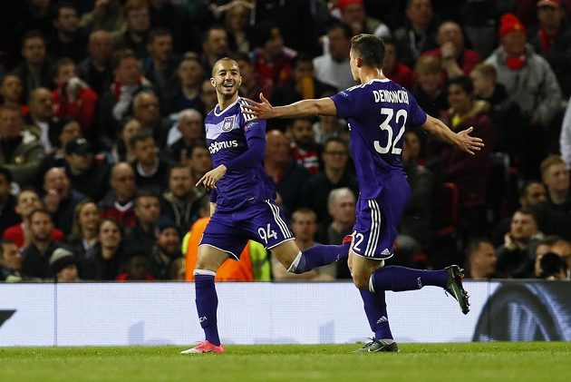 Sofiane Hanni (vlevo) z Anderlechtu se raduje z gólu proti Manchesteru United.