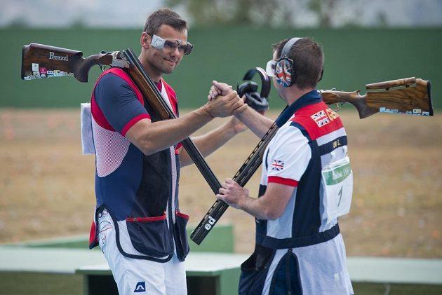 David Kostelecký (vlevo) blahopřeje Britovi Edwardu Lingovi k bronzové medaili.