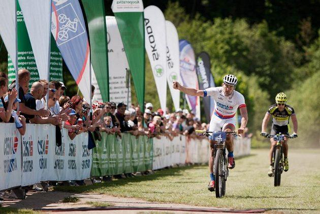 Pavel Boudný slaví vítězství na trati závodu Kolo pro život v Mladé Boleslavi. Druhý dojel Kristián Hynek.