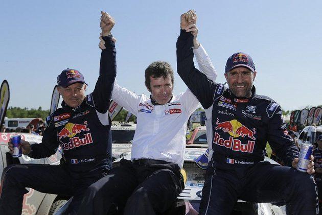 Francouz Stephane Peterhansel (vpravo), jeho spolujezdec Jean Paul Cottret (vlevo) a týmový šéf Bruno Famin v cíli Dakaru.