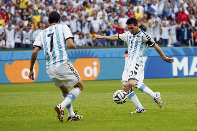 Lionel Messi (vpravo) otevírá skóre zápasu Argentina - Nigérie.