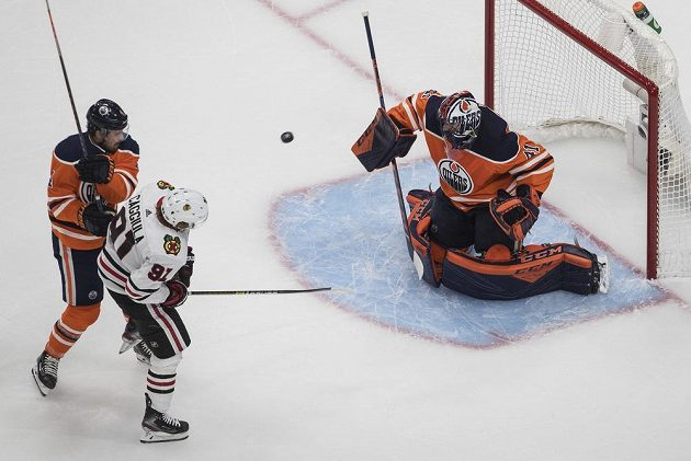 Gólman Edmontonu Oilers Mike Smith (41) tentokrát stihl zasáhnout po zakončení Drakea Caggiuly (91) z Chicaga.