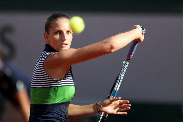 Karolína Plíšková při úderu během semifinále French Open.