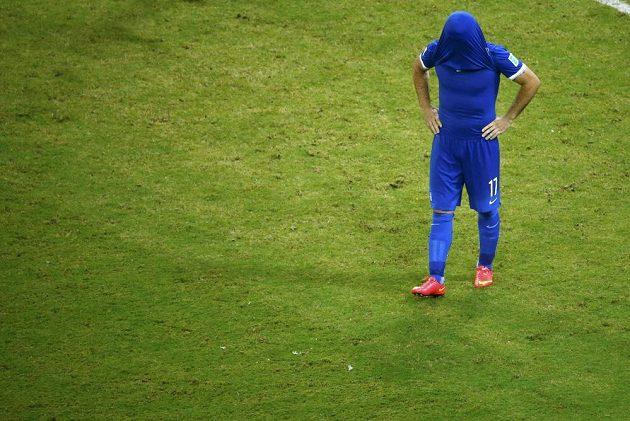 Řecký fotbalista Theofanis Gekas krátce po neproměněné penaltě v penaltovém rozstřelu proti Kostarice v osmifinále MS.