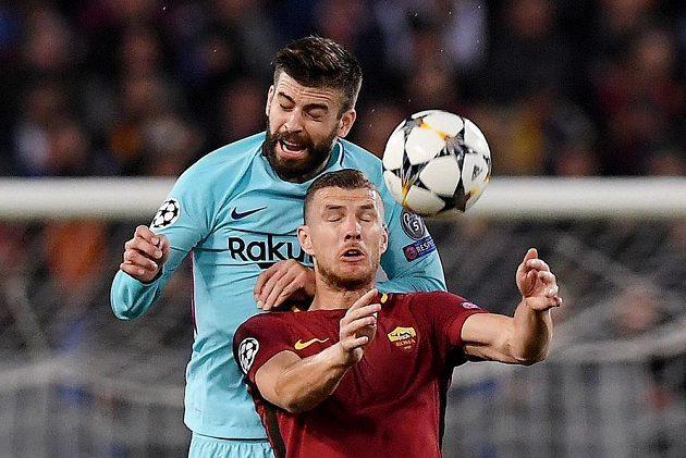 Barcelonský obránce Gerard Piqué v souboji s útočníkem AS Řím Edinem Džekem během odvetného čtvrtfinále Ligy mistrů.