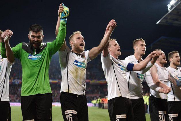 Plzeňští fotbalisté zleva Matúš Kozáčik, Daniel Kolář, David Limberský a Jan Baránek slaví vítězství na Letné, které Viktorii nasměrovalo za mistrovským titulem.