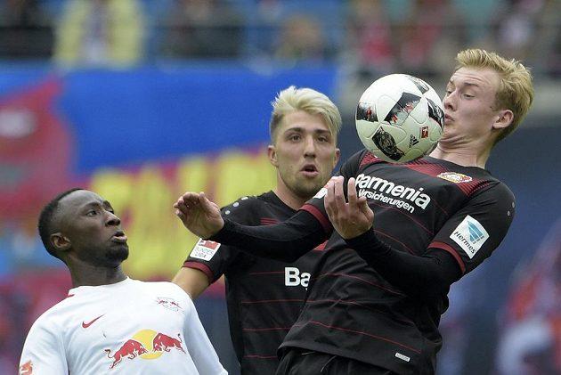 Fotbalista Bayeru Leverkuses Julian Brandt si zpracovává míč před Nabym Keitou z RB Lipsko během utkání nejvyšší německé soutěže. Lipsko vyhrálo gólem v nastavení a je na druhém místě tabulky.