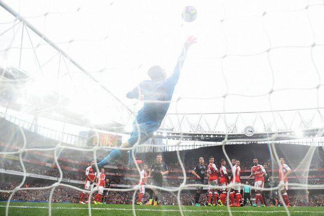 Dušan Tadič ze Southamptonu pálil z přímého kopu, Petr Čech vyrážel na břevno, míč se pak letěl od těla českého gólmana do brány Arsenalu.