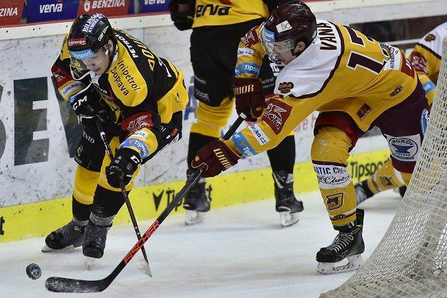Lukáš Doudera z Litvínova se snaží s pukem uniknout bránícímu Davidu Váňovi z Jihlavy v utkání baráže.