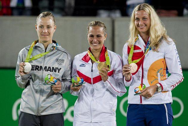 Vyhlášení nejlepších z dvouhry žen. Zleva stříbrná Angelique Kerberová z Německa, zlatá Monica Puigová z Portorika a bronzová Petra Kvitová.