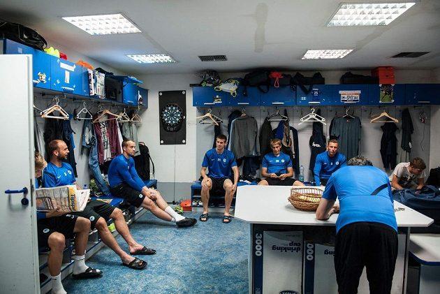 Liberečtí fotbalisté v částečně uklizené kabině.