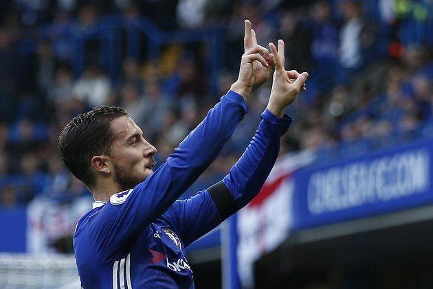 Fotbalista Chelsea Eden Hazard po vstřeleném gólu proti Leicesteru gestikuluje směrem k fanouškům