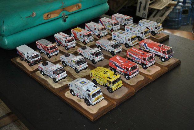 Unikátní sbírka papírových modelů tatrovek, s nimiž závodil Karel Loprais.