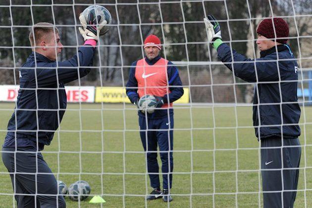 Pavel Srníček (uprostřed) sleduje dvé svěřence Jakuba Kotěru a Tomáše Vaclíka během únorového tréninku na Letné.