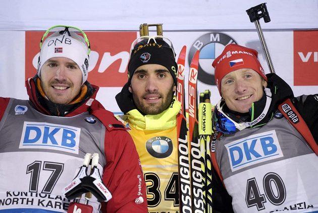 Tři nejlepší z vytrvalostního závodu na MS ve finském Kontiolahti. Zleva stříbrný Emil Hegle Svendsen z Norska, zlatý Martin Fourcade z Francie a bronzový český biatlonista Ondřej Moravec.