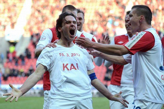 Záložník Slavie Karol Kisel se raduje z gólu, na tričku má jméno svého syna a datum jeho narození.