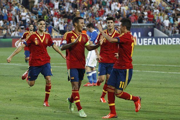 Záložník Thiago Alcantara (10) slaví se svými spoluhráči gól do sítě italské jednadvacítky.