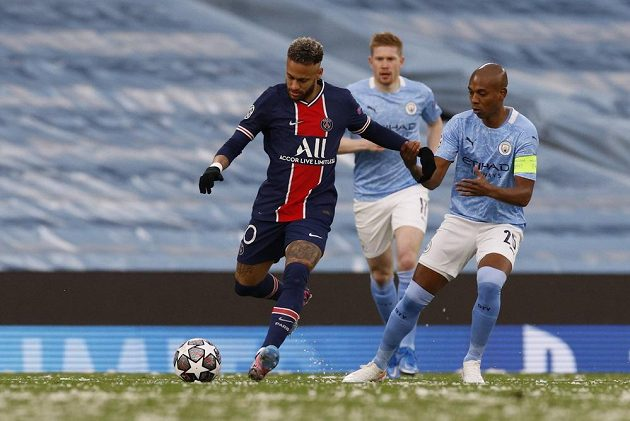Neymar z PSG bojuje s přesilou hráčů Manchesteru City.
