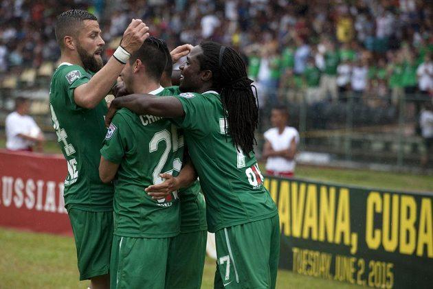 Fotbalisté New York Cosmos se radují po jedné z branek proti týmu Kuby. Přátelské utkání v Havaně vyhráli hosté 4:1