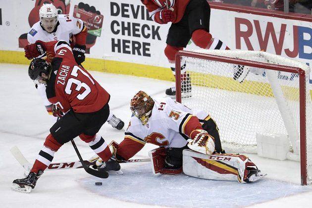Útočník New Jersey Devils Pavel Zacha (37) překonává brankáře Calgary Davida Ritticha.