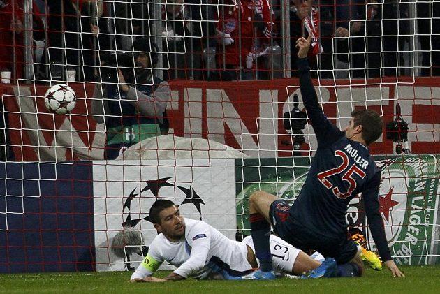 Útočník Bayernu Mnichov Thomas Müller střílí gól Manchesteru City.