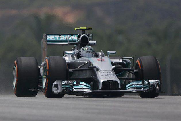 Nico Rosberg s vozem Mercedes na trati v malajsijském Sepangu.