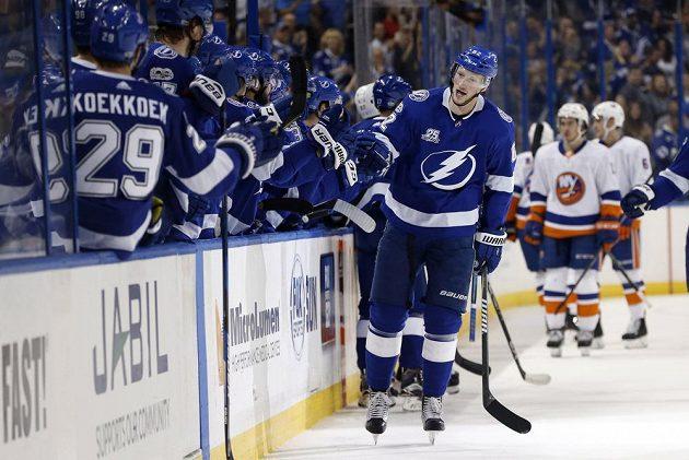 Andrej Šustr (62) z Tampy přijímá gratulace spoluhráčů ke gólu proti NY Islanders.