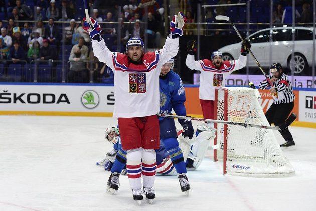 Český reprezentant Tomáš Plekanec (uprostřed) se raduje z gólu, který vstřelil Kazachstánu.