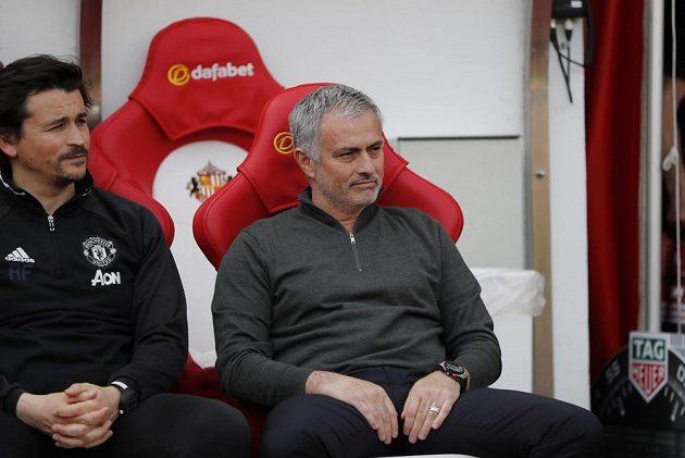 Trenér Manchesteru United José Mourinho se svým asistentem Ruiem Fariou se tentokrát nemračili. Rudí ďáblové odehráli v Sunderlandu dobrý zápas.
