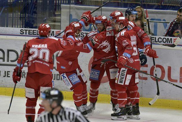 Z gólu se radují třinečtí hráči (zleva) Petr Vrána, Martin Růžička, autor branky Vladimír Svačina, David Musil a Marian Adámek.