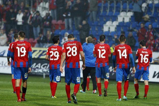 Zklamaní fotbalisté Plzně po prohře s Libercem.