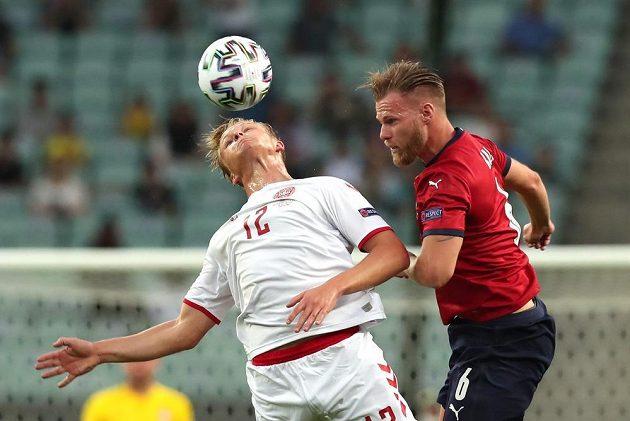 Dánský fotbalista Kasper Dolberg v akci s Tomášem Kalasem během čtvrtfinále EURO.