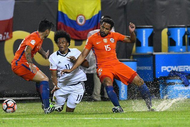 Chilský záložník Jean Beausejour (15) v souboji s Juanem Cuadradem (11) z Kolumbie.