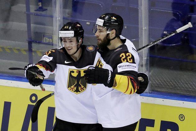 Autor německého gólu Marc Michaelis (vlevo) slaví spolu s Matthiasem Plachtou.