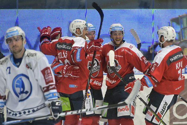 Hokejisté Pardubic se radují z gólu na ledě Indiánů během etraligového utkání.
