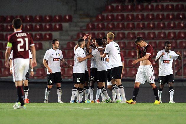 Fotbalisté Häckenu oslavují vyrovnávací gól na 2:2 v utkání 2. předkola Evropské ligy proti Spartě.