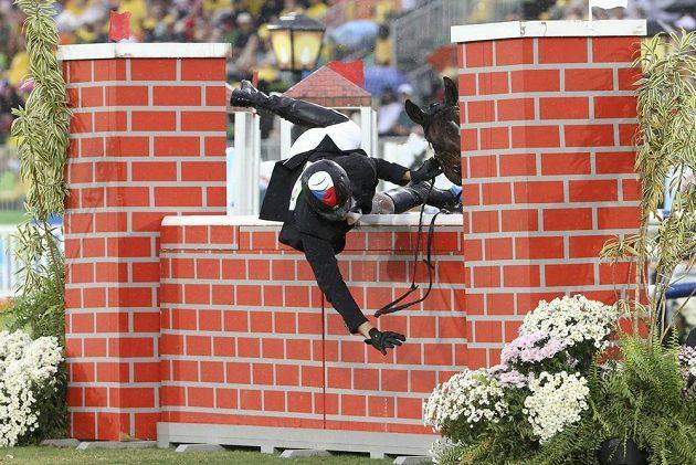 Moderní pětibojař Jan Kuf letí přes překážku imitující zeď.