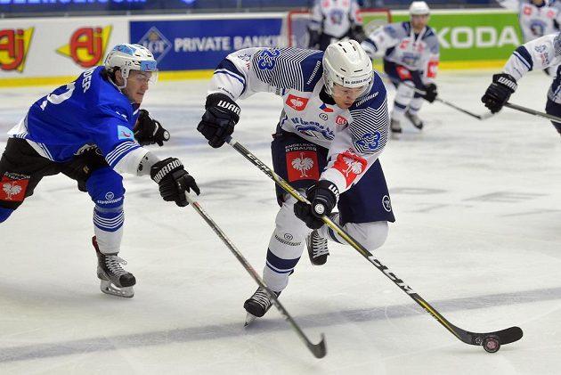 Zleva Yannick Zehnder z Zugu a Petr Straka z Plzně v utkání skupiny B hokejové Ligy mistrů.