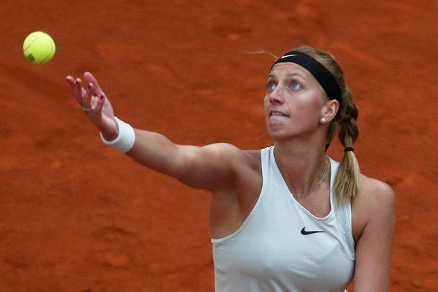 Petra Kvitová podává ve finále turnaje v Madridu.