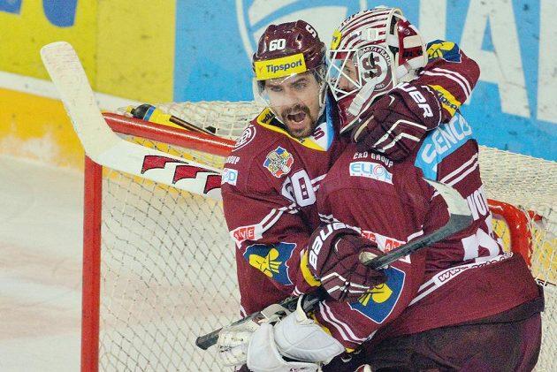 Sparťané Tomáš Rolinek a brankář Filip Novotný se radují z vítězství ve třetím semifinálovém zápase play off nad Třincem.